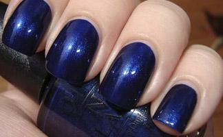 Лак для ногтей синего цвета